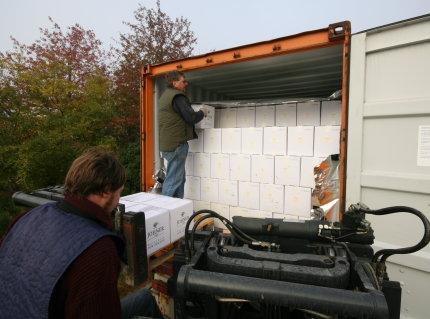 Die ersten Kartons werden entladen