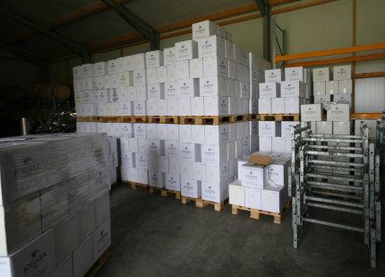 Bild vom Wein aus dem Container im Lager