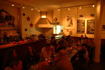 Blick auf die Gäste in der Bar