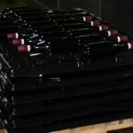 Flaschen liegen geschützt in Kunststoffbetten